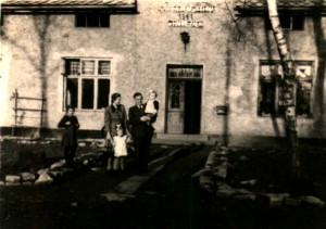 Jan Religa z rodziną przed pierwszą siedzibą szkoły